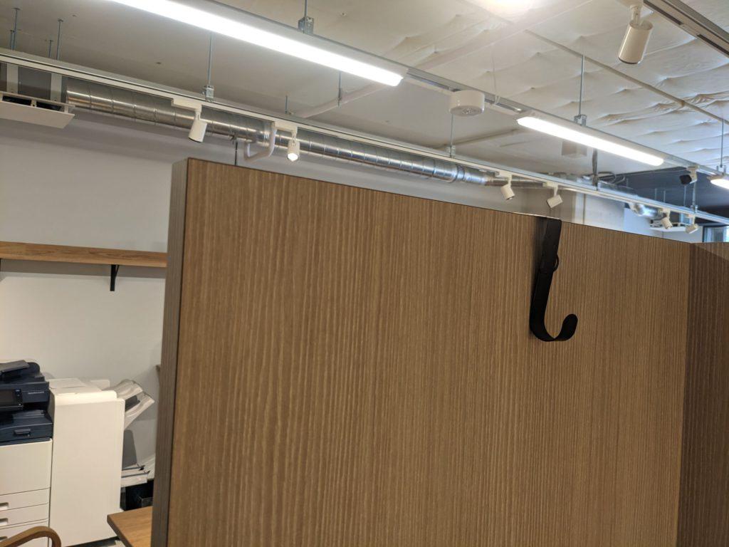 TENT成瀬 コワーキングスペース個室ブースに取り付けたフック